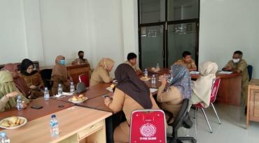 Rapat dengan jajaran staf sekretariat Dinas Kominfopers