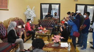 Gubernur Sulbar, Ali Baal Masdar saat diwawancarai oleh sejumlah awak media cetak, elektronik, online terkait peringatan HUT Sulbar ke-16