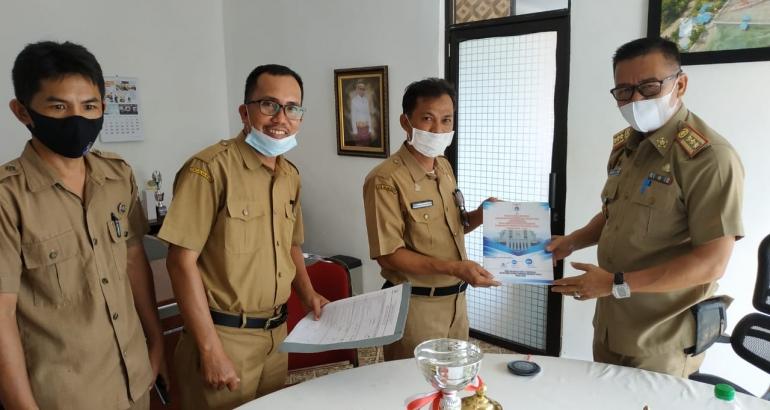 Kepala Dinas Kominfopers Sulbar, Safaruddin Sanusi DM, menerima Penyerahan Pergub Nomor 55 tahun 2020,